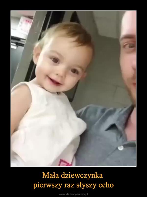 Mała dziewczynka pierwszy raz słyszy echo –