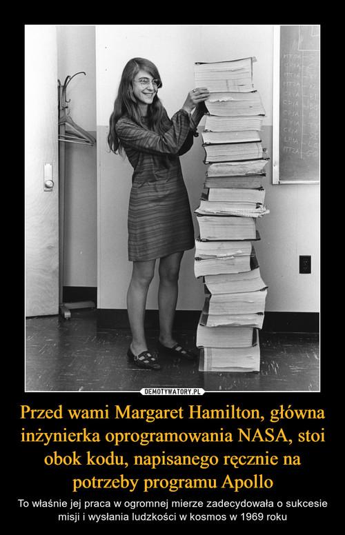 Przed wami Margaret Hamilton, główna inżynierka oprogramowania NASA, stoi obok kodu, napisanego ręcznie na potrzeby programu Apollo