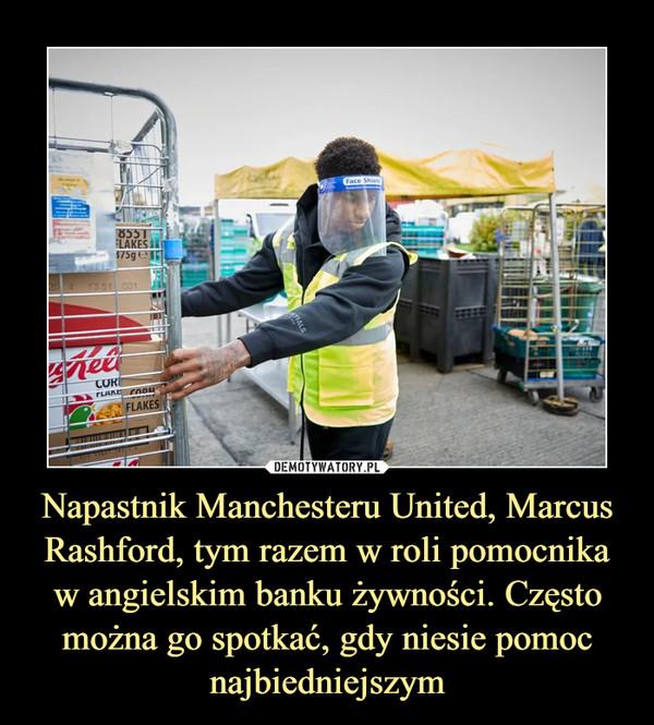 Napastnik Manchesteru United, Marcus Rashford, tym razem w roli pomocnika w angielskim banku żywności. Często można go spotkać, gdy niesie pomoc najbiedniejszym –