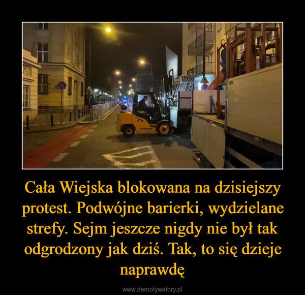 Cała Wiejska blokowana na dzisiejszy protest. Podwójne barierki, wydzielane strefy. Sejm jeszcze nigdy nie był tak odgrodzony jak dziś. Tak, to się dzieje naprawdę –