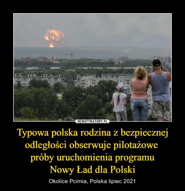 Typowa polska rodzina z bezpiecznej odległości obserwuje pilotażowe próby uruchomienia programuNowy Ład dla Polski – Okolice Pcimia, Polska lipiec 2021