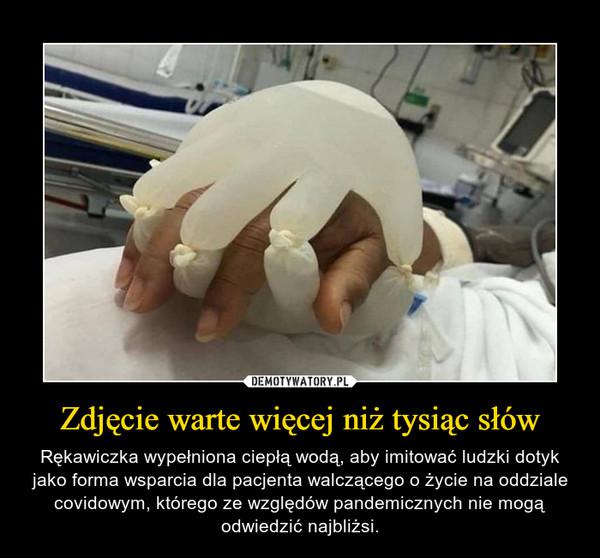 Zdjęcie warte więcej niż tysiąc słów – Rękawiczka wypełniona ciepłą wodą, aby imitować ludzki dotyk jako forma wsparcia dla pacjenta walczącego o życie na oddziale covidowym, którego ze względów pandemicznych nie mogą odwiedzić najbliżsi.